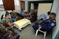 """26 SEP 2006, KINSHASA/CONGO:<br /> Zwei Soldaten, ein Deutscher, ein Franzose, der EUFOR RD CONGO sprechen mit einer Bezirksbuergermeisterin von Kinshasa im Rahmen einer Patroulienfahrt des """"Tactical Psyops Team"""" oder auch """"Operative Information"""", dessen Aufgabe es ist, die Bevoelkerung über die EUFOR RD CONGO Mission aufzuklaeren<br /> IMAGE: 20060926-01-050<br /> KEYWORDS: Bundeswehr, Soldat, Soldaten, Informationsfahrt, Gespräch, Gespraech, Bevölkerung, Kongo, Afrika, Africa"""