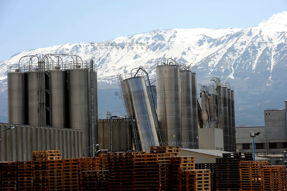 Terremoto Abruzzo.Pagnanica 7 Aprile 2009.I silos della fabbrica Vibc piegati dal terremoto..The silos of the factory Vibc bent by the earthquake