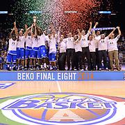 DESCRIZIONE : Milano Coppa Italia Final Eight 2014 Finale Montepaschi Siena Banco di Sardegna Sassari<br /> GIOCATORE : team<br /> CATEGORIA : esultanza team podio coppa <br /> SQUADRA : Banco di Sardegna Sassari<br /> EVENTO : Beko Coppa Italia Final Eight 2014<br /> GARA : Montepaschi Siena Banco di Sardegna Sassari<br /> DATA : 09/02/2014<br /> SPORT : Pallacanestro<br /> AUTORE : Agenzia Ciamillo-Castoria/C.De Massis<br /> Galleria : Lega Basket Final Eight Coppa Italia 2014<br /> Fotonotizia : Milano Coppa Italia Final Eight 2014 Finale Montepaschi Siena Banco di Sardegna Sassari<br /> Predefinita :