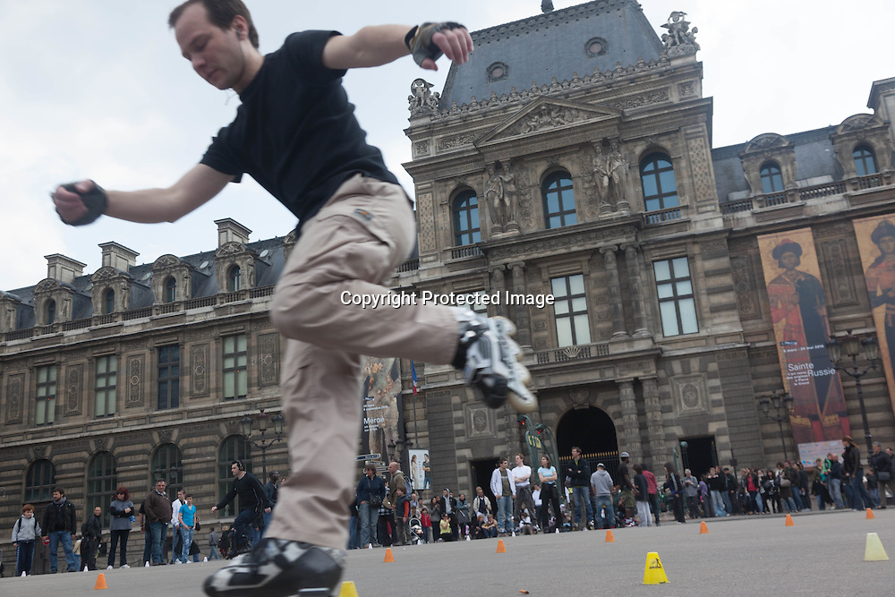 France. Paris 1st district.  Palais royal square , young men playing on roller skate Paris / jeune adultes jouant sur des skate board place du palais royal , Paris