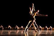 ARTIFACT Balet royal de flandres William Forsythe.Direction artistique Catherine Bennetts , Choregraphie William Forsythe Avec Kate Strong , Nicholas Champion et les danseurs du Ballet Royal de Flandres.