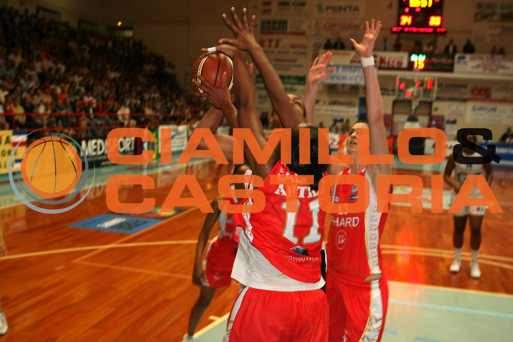 DESCRIZIONE : Faenza Lega A1 Femminile 2006-07 Finale Scudetto Gara 3 Germano Zama Faenza Phard Napoli <br /> GIOCATORE : Alexander <br /> SQUADRA : Germano Zama Faenza <br /> EVENTO : Campionato Lega A1 Femminile Finale Scudetto Gara 3 2006-2007 <br /> GARA : Germano Zama Faenza Phard Napoli <br /> DATA : 14/05/2007 <br /> CATEGORIA : Tiro <br /> SPORT : Pallacanestro <br /> AUTORE : Agenzia Ciamillo-Castoria/G.Ciamillo