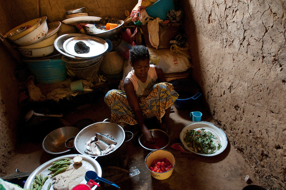 A young girl prepares a meal with vegetables grown by the women of the Guiraye cooperative. Their vegetable garden, that was fenced and irrigated with the help of ACORD, a non governmental organisation, helps improve the nutritional levels of the village and the produce is sold in local markets. The revenue generated by the garden permits the women of the cooperative to be more independent and to have a greater say in the affairs of the community..Guiraye, Mauritania. 11/03/2011..Photo © J.B. Russell