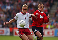 Martin Laursen, Danmark. Ole Gunnar Solskjær, Norge. EM-kvalifisering. Ullevaal stadion, 7. september 2002. (Foto: Peter Tubaas/Digitalsport)