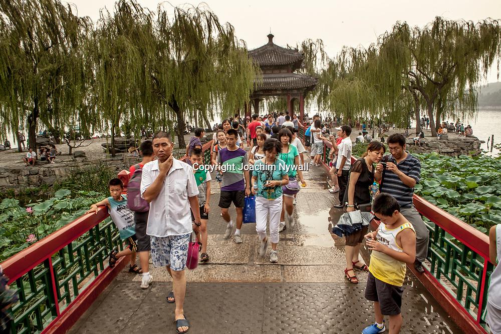 2011 08 Beijing Kina China<br /> Sommarpalatset eller Yiheyuan &auml;r ett palats i Peking i Kina. Sommarpalatset domineras av kullen L&aring;ngt liv och Kunmingsj&ouml;n. Slottet med sina parker utg&ouml;r ett omr&aring;de p&aring; 2,9 km&sup2;, varav tre fj&auml;rdedelar &auml;r vatten.<br /> <br /> <br /> ----<br /> FOTO : JOACHIM NYWALL KOD 0708840825_1<br /> COPYRIGHT JOACHIM NYWALL<br /> <br /> ***BETALBILD***<br /> Redovisas till <br /> NYWALL MEDIA AB<br /> Strandgatan 30<br /> 461 31 Trollh&auml;ttan<br /> Prislista enl BLF , om inget annat avtalas.