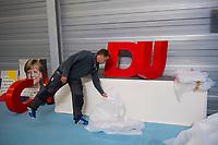 DEU, Deutschland, Germany, Schwerin, 19.09.2017: Logo der CDU wird eingepackt nach Wahlveranstaltung der CDU mit Bundeskanzlerin Dr. Angela Merkel in einer Tennishalle.