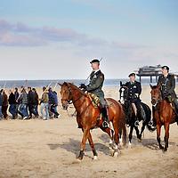 Nederland, Scheveningen , 23 november 2013.<br /> Generale repetitie aankomst van de Prins van Oranje op het Scheveningse strand .<br /> Zij bereiden zich voor op de feestelijke start van de&nbsp;viering van tweehonderd jaar koninkrijk, een week later. <br /> <br /> Anders dan in 1813 hebben alle betrokkenen ditmaal de kans om de landing vooraf te oefenen. Dat is maar goed ook want het programma voor 30 november is uitdagend en spectaculair. De meeste spelers en figuranten komen uit Scheveningen zelf en hebben geen toneelervaring. Regisseur Aus Greidanus begeleidt hen bij hun debuut. Hoofdrolspeler Huub Stapel moet op het juiste moment het strand op varen waarna hij overstapt op een originele &lsquo;nettenwagen' die door paarden wordt voortgetrokken. <br /> <br /> De&nbsp;aankomst van de latere koning Willem I wordt sinds 1813 iedere 25 jaar herdacht door de Scheveningse bevolking. Vanwege de viering van 200 jaar koninkrijk wordt dit keer extra groot uitgepakt. Dankzij de hulp van de Koninklijke Marine zijn op 30 november onder meer enkele grote marineschepen, sloepen en landingsvaartuigen aanwezig. Daarnaast speelt het Britse marineschip HMS Tyne een belangrijke rol bij het evenement. <br /> Dress rehearsal arrival of the Prince of Orange on the beach of Scheveningen (1813), in preparation for the start of the festive celebration of two hundred years kingdom, a week later.