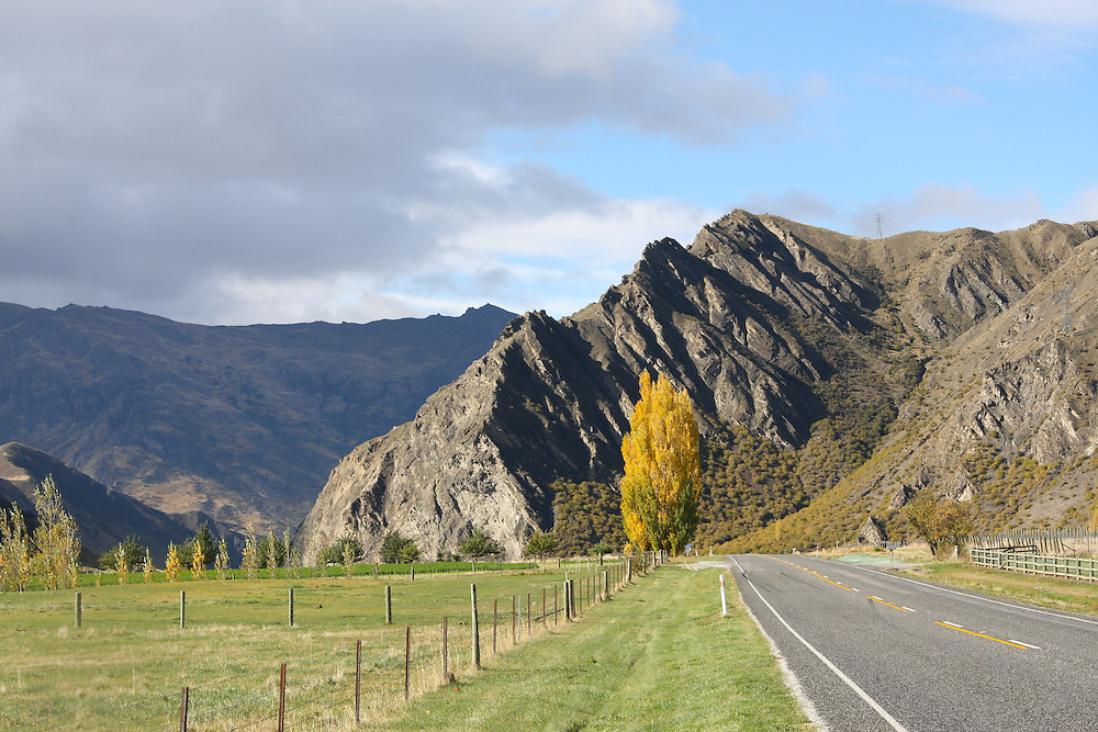 Arrowtown to Cromwell Road, Ben Nevis Rock, SH6, Otago,  New Zealand, April 29, 2010.  Credit:SNPA / Pam Johnson