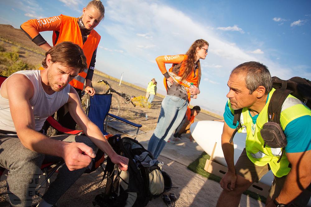 Jan Bos na een goede run tijdens de derde dag van de races. Het Human Power Team Delft en Amsterdam (HPT), dat bestaat uit studenten van de TU Delft en de VU Amsterdam, is in Amerika om te proberen het record snelfietsen te verbreken. In Battle Mountain (Nevada) wordt ieder jaar de World Human Powered Speed Challenge gehouden. Tijdens deze wedstrijd wordt geprobeerd zo hard mogelijk te fietsen op pure menskracht. Het huidige record staat sinds 2015 op naam van de Canadees Todd Reichert die 139,45 km/h reed. De deelnemers bestaan zowel uit teams van universiteiten als uit hobbyisten. Met de gestroomlijnde fietsen willen ze laten zien wat mogelijk is met menskracht. De speciale ligfietsen kunnen gezien worden als de Formule 1 van het fietsen. De kennis die wordt opgedaan wordt ook gebruikt om duurzaam vervoer verder te ontwikkelen.<br /> <br /> The Human Power Team Delft and Amsterdam, a team by students of the TU Delft and the VU Amsterdam, is in America to set a new world record speed cycling.In Battle Mountain (Nevada) each year the World Human Powered Speed Challenge is held. During this race they try to ride on pure manpower as hard as possible. Since 2015 the Canadian Todd Reichert is record holder with a speed of 136,45 km/h. The participants consist of both teams from universities and from hobbyists. With the sleek bikes they want to show what is possible with human power. The special recumbent bicycles can be seen as the Formula 1 of the bicycle. The knowledge gained is also used to develop sustainable transport.