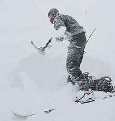26.02.2010, Faschingalm, Lienz, AUT, Bundesheer Lawinenübung, im Bild ein Soldat schaufelt bei starken Schneefall, einen verschütteten frei, EXPA Pictures © 2010, PhotoCredit: EXPA/ J. Feichter