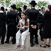 Jérusalem, israël, le jeudi 21 avril 2011 - Une fillette commence à s'ennuyer lors d'une fête en marge de la bénédiction des Cohanim non loin du mur des lamentations.