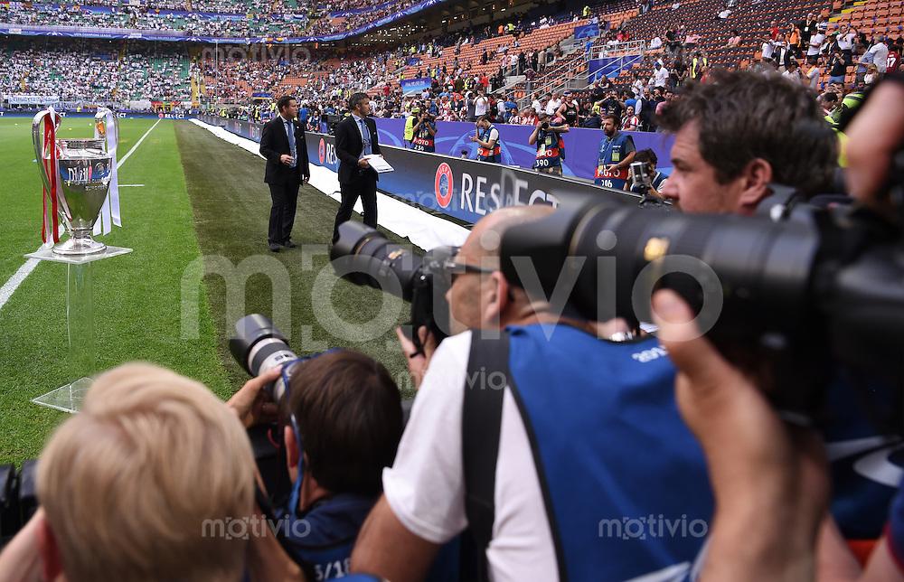FUSSBALL  CHAMPIONS LEAGUE  FINALE  SAISON 2015/2016   Real Madrid - Atletico Madrid                   28.05.2016 Der Champions League Pokal ist im Giuseppe-Meazza-Stadion in Mailand im Fokus der Fotografen