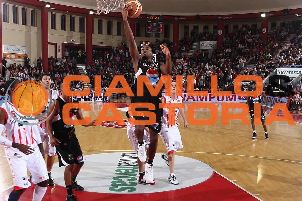 DESCRIZIONE : Teramo Lega A 2009-10 Basket Bancatercas Teramo Pepsi Caserta<br /> GIOCATORE : Bowers Jermaine<br /> SQUADRA : Pepsi Caserta<br /> EVENTO : Campionato Lega A 2009-2010 <br /> GARA : Bancatercas Teramo Pepsi Caserta<br /> DATA : 15/11/2009<br /> CATEGORIA : tiro penetrazione<br /> SPORT : Pallacanestro <br /> AUTORE : Agenzia Ciamillo-Castoria/C.De Massis<br /> Galleria : Lega Basket A 2009-2010 <br /> Fotonotizia : Teramo Lega A 2009-10 Basket Bancatercas Teramo Pepsi Caserta<br /> Predefinita :