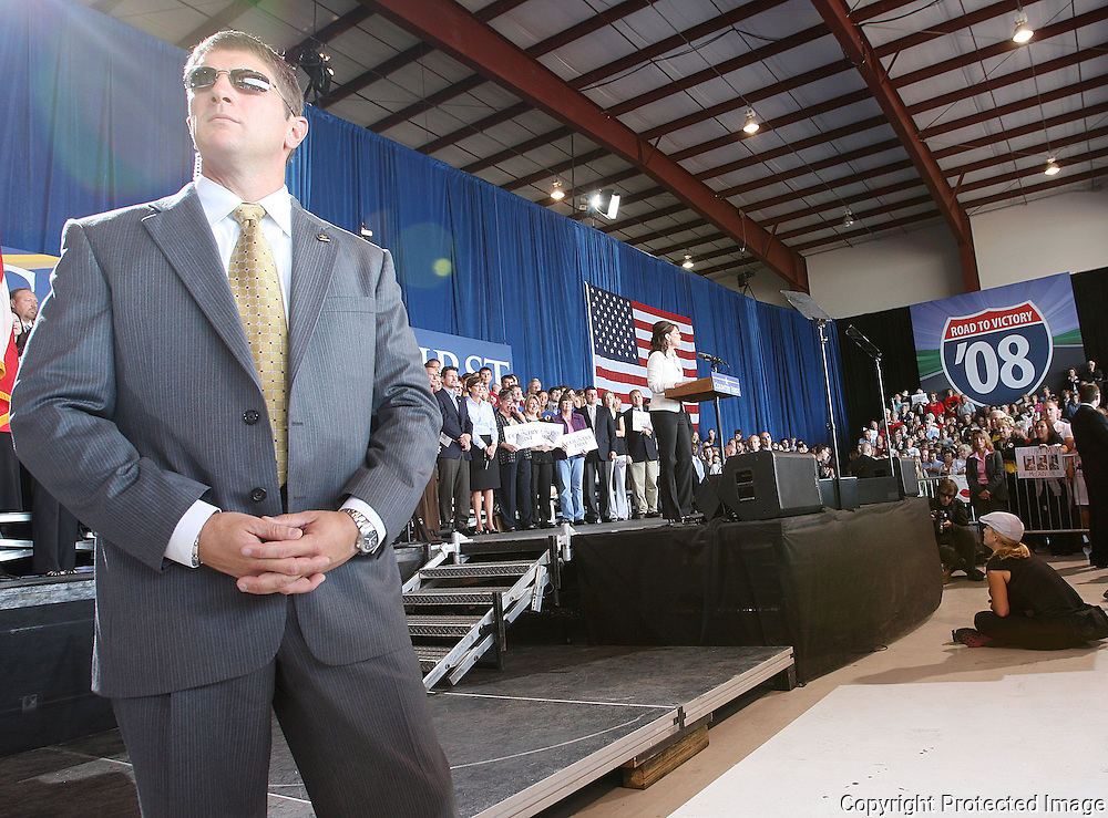 A Secret Service agent watches over the crowd as U.S. Republican vice presidential nominee Governor Sarah Palin speaks at a campaign rally in Cedar Rapids, Iowa, September 18, 2008.