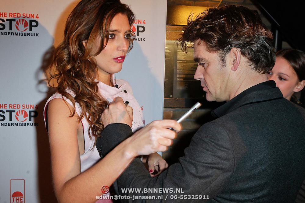 NLD/Blaricum/20111120 - Benefietdiner St. Stop Kindermisbruik, Jeroen van der Boom signeert de servettenjurk van Marvy Rieder