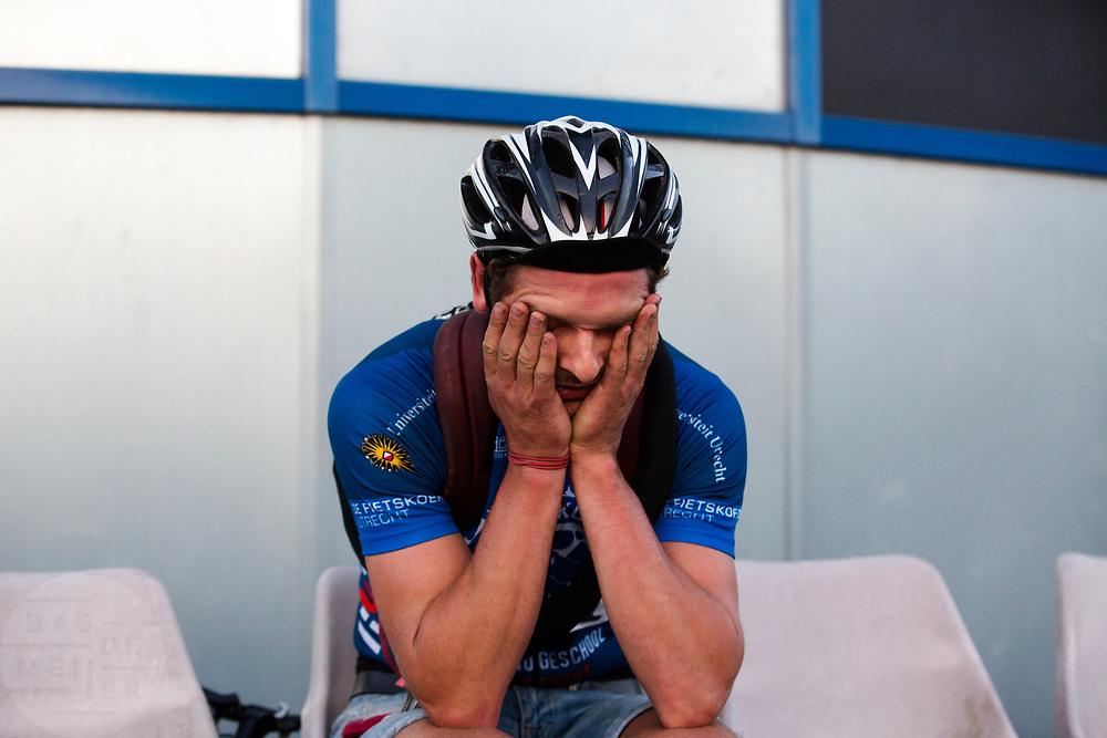 Een koerier is kapot na afloop van de wedstrijd. In Nieuwegein wordt het NK Fietskoerieren gehouden. Fietskoeriers uit Nederland strijden om de titel door op een parcours het snelst zoveel mogelijk stempels te halen en lading weg te brengen. Daarbij moeten ze een slimme route kiezen.<br /> <br /> A messenger is tired at the end of the races. In Nieuwegein bike messengers battle for the Open Dutch Bicycle Messenger Championship.