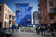 Manifestazione durante l'inaugurazione della Biennale Democrazia. Inizio del corteo, all'esterno delle palazzine occupate di via Goridano Bruno. Torino, 10-04-'13.