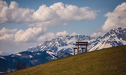 THEMENBILD - eine Holzbank auf einer Bergwiese vor einer leicht verschneiten Bergkulisse, aufgenommen am 07. März 2019 in Aurach, Oesterreich // a wooden bench on a mountain meadow in front of a slightly snow-covered mountain backdrop, Austria on 2019/03/07. EXPA Pictures © 2019, PhotoCredit: EXPA/Stefanie Oberhauser