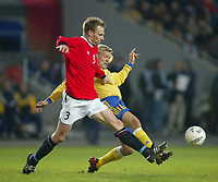 Fotball, 17. april 2002. Landskamp, Norge v Sverige 0-0.  Erik Hoftun, Norge mot Marcus Allbäck, Sverige..