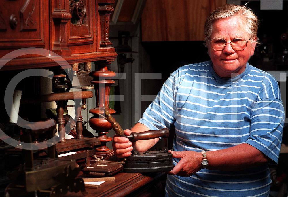 De wijk 11-07-97 strijkijzer verzameling van ..fotografie uijlenbroek©/henk offenberg