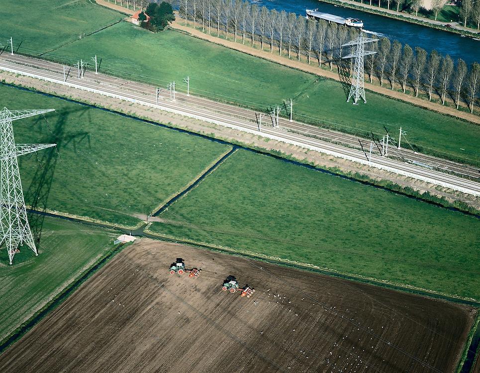 Nederland, Noord-Holland, Polder Baambrugge Oostzijds, 17-10-2005; luchtfoto (25% toeslag); infrastructuurbundel: de recent van 2 naar 4 sporen uitgebreide spoorlijn Amsterdam-Utrecht, hoogspanningsmasten van het landelijke 150 kV schakelnet parallel aan binnenvaartschip op Amsterdam-Rijnkanaal; de twee tractoren onder in de foto bewerken de akker (uitrijden zaaigoed of mest); cultuurlandschap, intensief grondgebruik, landbouw, infrastructuur, bouwen, planologie, ruimtelijke ordening, landschap.Foto Siebe Swart