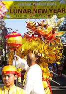 2月15日,美國洛杉磯格倫代爾的頂級時尚與餐飲中心The Americana at Brand舉行慶祝中國農曆新年活動。當天,為迎接羊年的來臨,首先由喜迎新年遊行揭開序幕,由舞龍隊引領遊行隊伍,接著有中韓民俗舞蹈、財神爺、特技功夫表演及踩高蹺等表演。(新華社發 趙漢榮攝)<br /> A traditional Chinese dragon dance during a parade marking the beginning of an event to celebrate the upcoming Spring Festival or Chinese New Year at The Americana at Brand in Los Angeles, California, Sunday, Februray 15, 2015. (Xinhua/Zhao Hanrong)(Photo by Ringo Chiu/PHOTOFORMULA.com)