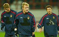 Fotball<br /> Champions League 2004/05<br /> CSKA Moskva v Chelsea<br /> 2. november 2004<br /> Foto: Digitalsport<br /> NORWAY ONLY<br /> The CSKA team warm up with the sponsor covered up
