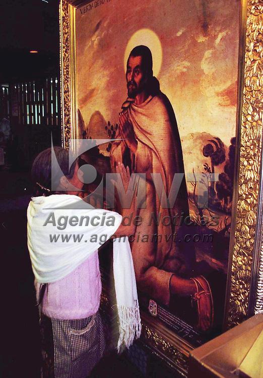 M&eacute;xico D.F.- Devotos religiosos esperan con ansia la llegada de Juan Pablo II para la canonizaci&oacute;n de Juan Diego. Agencia MVT / Arturo Rosales Ch&aacute;vez. (FILM)<br /> <br /> NO ARCHIVAR - NO ARCHIVE
