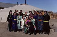 Mongolia. family picture. traditional weding  Atar      /  /  photo de famille. mariage traditionnel à Atar petit village perdu dans la steppe /  /  b /  /  R46/112
