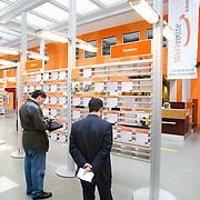 Nederland Rotterdam 26-03-2009 20090326 Foto: David Rozing ..Serie UWV, mannen bekijken vacatures, UWV Werkbedrijf lokatie Schiekade centrum Rotterdam, de vroegere arbeidsbureaus ( CWI UWV ) De werkloosheid in Nederland begint op te lopen. Dat blijkt uit de jongste cijfers die het Centraal Bureau voor de Statistiek (CBS) de oorzaak is de krediet crisis Holland, The Netherlands, dutch, Pays Bas, Europe  , allochtoon, allochtone, man, allochtonen, , economische, financien, financiele, krimp, krimpen, nederlandse, economy..Foto: David Rozing
