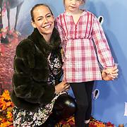 NLD/Amsterdam/20191116 - Filmpremiere Frozen II, Nicolette Kluijver met haar dochter
