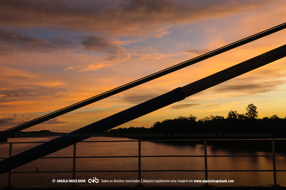 A atravessar a ponte sobre o rio Kwanza perto da foz. Província do Bengo, Angola
