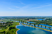 Nederland, Noord-Brabant, Maren-Kessel, 13-05-2019; Lithse Ham, recreatieplas en hoofdsstroom van rivier de Maas. In het kader van het Maasoeverpark, zal er een ontwikkeling plaatsvinden van een landschapspark. Daarin ruimte voor de natuur, de landbouw en  'ruimte voor de rivier'  (bescherming tegen hoogwater door waterstandverlaging).<br /> Heerewaarden, where the river Maas (Meuse, right) and Waal almost touch, divided bij a isthmus. In to the canal the lock of St. Andries and an old fortress. <br /> Part of Maasoeverpark, development of a landscape park in which space for nature is combined with 'space for the river', protection against high water by lowering the water level.<br /> aerial photo (additional fee required);<br /> luchtfoto (toeslag op standard tarieven);<br /> copyright foto/photo Siebe Swart