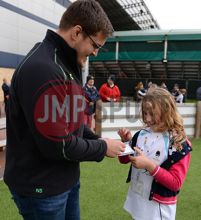 Nick Schonert signs an autograph for a young fan - Mandatory by-line: Dougie Allward/JMP - 22/10/2016 - RUGBY - Sixways Stadium - Worcester, England - Worcester Warriors v Brive - European Challenge Cup