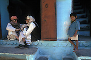 Afternoon chat, Udaipur's bazar, Rajasthan
