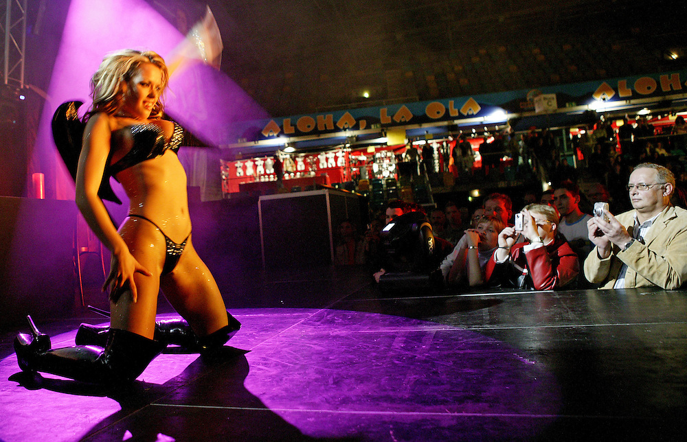 Frankfurt | Hessen | Deutschland 05.11.2005: Auf einer Erotikmesse in der Ballsporthalle in Frankfurt werden diverse Artikel aus dem Erotic und Pornobereich angeboten. Neben dem Verkauf finden Live-Shows statt bei denen Stripperinnen vor unz&auml;hligen Amateurfotografen auftreten.<br /> <br /> <br /> Sascha Rheker<br /> 20051105<br /> <br /> [Inhaltsveraendernde Manipulation des Fotos nur nach ausdruecklicher Genehmigung des Fotografen. Vereinbarungen ueber Abtretung von Persoenlichkeitsrechten/Model Release der abgebildeten Person/Personen liegt/liegen nicht vor.]