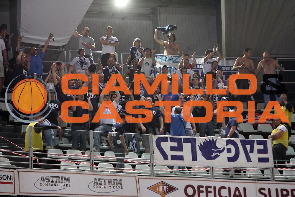 DESCRIZIONE : Roma Lega A1 2007-08 Playoff Quarti di finale Gara 1 Lottomatica Virtus Roma Tisettanta Cantu<br /> GIOCATORE : Tifo Tifosi Fan Fans Supporter Supporters<br /> SQUADRA : Tisettanta Cantu<br /> EVENTO : Campionato Lega A1 2007-2008 <br /> GARA : Lottomatica Virtus Roma Tisettanta Cantu<br /> DATA : 11/05/2008 <br /> CATEGORIA : <br /> SPORT : Pallacanestro <br /> AUTORE : Agenzia Ciamillo-Castoria/E.Castoria