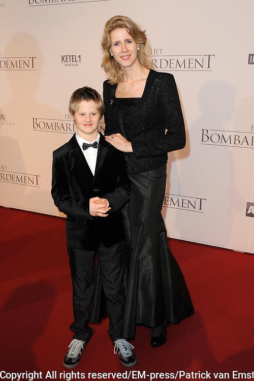 Galapremiere Het Bombardement in het nieuwe Luxor theater, Rotterdam.<br /> <br /> Op de foto:  CDA-kamerlid Monica Keijzer met haar zoon