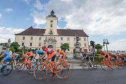 08.07.2017, Wels, AUT, Ö-Tour, Österreich Radrundfahrt 2017, 6. Etappe von St. Johann/Alpendorf nach Wels (203,9 km), im Bild Felix Grossschartner (AUT, Team CCC Sprandi Polkowice) und das Feld in Lambach, Oberösterreich // Felix Grossschartner (AUT Team CCC Sprandi Polkowice) an the peleton at Lambach Upper Austria during the 6th stage from St. Johann/Alpendorf to Wels (203,9 km) of 2017 Tour of Austria. Wels, Austria on 2017/07/08. EXPA Pictures © 2017, PhotoCredit: EXPA/ Reinhard Eisenbauer