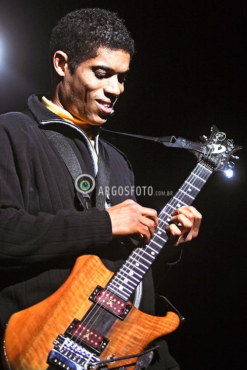 Sao Paulo, SP, Brasil. 27/Janeiro/2004.O guitarrista americano Stanley Jordan toca na Via Funchal em SP./ The north american guitarist Stanley Jordan plays at Via Funchal in SP..Foto Marcos Issa/Argosfoto