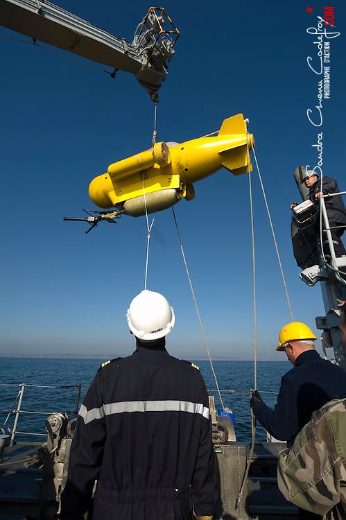 Stage MECO de maintien en condition op&eacute;rationnelle du chasseur de mines Androm&egrave;de avec mise en oeuvre du PAP et du SPIV.<br /> Activit&eacute; des plongeurs d&eacute;mineurs du GPD Atlantique et du CMT C&eacute;ph&eacute;e.<br /> Octobre 2010 / Brest (29) / FRANCE<br /> Voir le reportage complet (146 photos) http://sandrachenugodefroy.photoshelter.com/gallery/2010-10-Plongeurs-Demineurs-Complet/G00002fHYx_eqk94/C0000yuz5WpdBLSQ