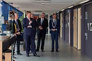 Koning bij viering 100-jarig bestaan Gezondheidsdienst voor Dieren in Deventer.<br /> <br /> Op de foto: Koning Willem-Alexander, Commissaris van de Koning Andries Heidema en burgemeester Ron König