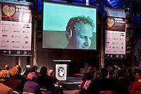 UTRECHT -  Gerard Louter met Skype in beeld tijdens het NVG congres met als thema 'vinden& binden'. COPYRIGHT KOEN SUYK