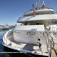 Monaco, 6 augustus 2009. .De haven van Monaco, gelegen in het stadsdeel Condamine, is gekend door de vele superjachten en cruiseschepen die er aangemeerd liggen, het een al luxueuzer dan het andere. De Grand Prix van Monaco begint en eindigt hier ieder jaar..Het staatje Monaco grenst aan Frankrijk en de Middellandse Zee. Monaco heeft een oppervlakte van nog geen 2 km en heeft ongeveer 32. 000 inwoners. Daarmee is Monaco het dichtstbevolkte land ter wereld. Monaco telt twee steden: Monte-Carlo en Monaco-ville, de oude stad..Foto:Jean-Pierre Jans..Monaco, 6th august 2009. The Port of Monaco in the Condamine District, with many very luxurious super yachts  and and cruise ships. A man is mopping the deck of a very expensive yacht.