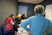 Nederland, Nijmegen, 10-3-2016In het asielzoekerscentrum worden door vrijwilligers taallessen gegeven aan asielzoekers die op vrijwillige basis deze lessen volgen. Hierdoor kunnen zij sneller in de Nederlandse samenleving, maatschappij, opgenomen worden.FOTO: FLIP FRANSSEN/ HH