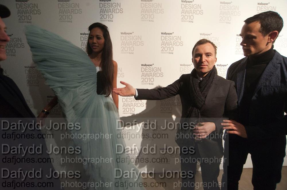 APPHIA MICHAEL; TONY CHAMBERS; NICK VINSON, Wallpaper* Design Awards. Wilkinson Gallery, 50-58 Vyner Street, London E2, 14 January 2010 *** Local Caption *** -DO NOT ARCHIVE-© Copyright Photograph by Dafydd Jones. 248 Clapham Rd. London SW9 0PZ. Tel 0207 820 0771. www.dafjones.com.<br /> APPHIA MICHAEL; TONY CHAMBERS; NICK VINSON, Wallpaper* Design Awards. Wilkinson Gallery, 50-58 Vyner Street, London E2, 14 January 2010