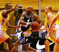 Basketball, 10. mars 2002, 1. finale BLNO.Rykkinnhallen,  Asker Aliens - Kongsberg Penguins 91-75. Cory Jenkins (t.v.), Asker stopper Warren Peebles, Kongsberg. Bak: Geir Mandt, Asker.