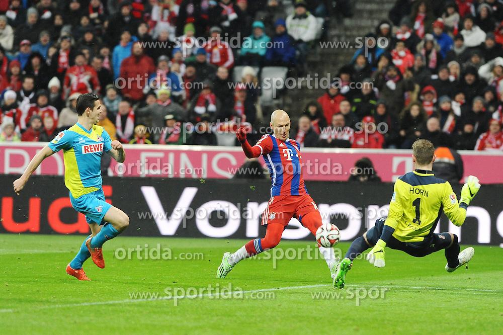 27.02.2015, Allianz Arena, Muenchen, GER, 1. FBL, FC Bayern Muenchen vs 1. FC K&ouml;ln, 23. Runde, im Bild Arjen Robben (FC Bayern Muenchen) ueberwindet Torwart Timo Horn (1.FC Koeln) und flankt aufcdencenschussbereiten Robert Lewandowski (FC Bayern Muenchen) zum 4:1 // during the German Bundesliga 23rd round match between FC Bayern Munich and 1. FC K&ouml;ln at the Allianz Arena in Muenchen, Germany on 2015/02/27. EXPA Pictures &copy; 2015, PhotoCredit: EXPA/ Eibner-Pressefoto/ EXPA/ Stuetzle<br /> <br /> *****ATTENTION - OUT of GER*****