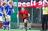 ZEIST - Hoofdklasse heren; Schaerweijde-Kampong (1-2).Just van de Broek heeft gescoord voor Schaerweijde. links Erik Bouwens. Foto KOEN SUYK.