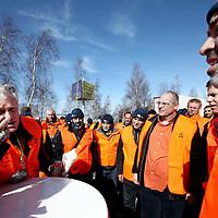 Nederland, Schiphol , 19 maart 2014.<br /> insdagavond om 22:00 uur is de 24-uurs staking bij Aviapartner Cargo van start gegaan. Ruim 60 werknemers van de vrachtafhandelaar op Schiphol registreerden zich als staker. De staking eindigt woensdagavond, tenzij APC dan nog niet wil onderhandelen over de eisen van de werknemers, dan wordt de 24-uurs staking verlengd naar een 48-uurs staking tot donderdagavond 22:00 uur.<br /> Op de foto: werknemers van Aviapartner Cargo staken bij de ingang van Aviapartner aan de Pelikaanweg . vijfde man van rechts met bril is werknemer Ben Wevers.<br /> Foto:Jean-Pierre Jans